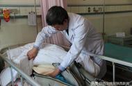 正给病患做手术得知噩耗 轻抚逝父脸庞后医生又走进手术室