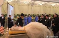 不负深爱!小伙为亡妻守灵7天,在殡仪馆办完婚礼办葬礼