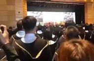 香港大学商学院毕业典礼,2019届毕业生大声歌唱国歌,现场震撼。