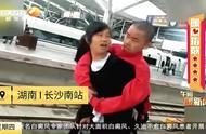 坚强妈妈背着病重儿子去北京天安门看升旗,只为实现儿子最大愿望