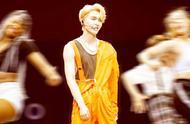 张艺兴终于对橙色连体裤下手,造型曝光后,网友:这搭配要火