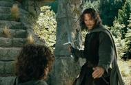 男子找到小伙后,看着小伙的佩剑感觉到不妙,下一秒直接拔剑