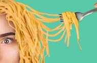 美味的食物恶作剧,创意DIY奇葩的泡面假发,恶搞闺蜜就是过瘾