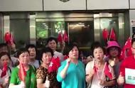 阿Sir我们挺你!香港全民上街撑警 现场举国旗高呼:香港加油