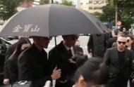 高以翔今日火化出殡,两个哥哥手捧灵位,女友满面悲伤紧跟其后!