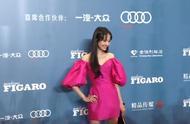 郑爽费加罗时尚盛典,玫红露肩短裙走红毯,尽显高贵太美了