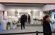 高以翔追悼会现场:大哥二哥捧牌位移灵,女友紧随其后。