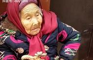 107岁老奶奶吃酒席给84岁女儿带了一颗糖