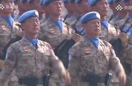 头戴蓝色贝雷帽 他们是阅兵场上唯一战斗着装的方队