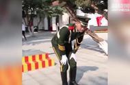 武警战士站岗4小时纹丝不动 下哨时画面让人心疼!