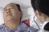 医生来到了医院,看到了自己的父亲,心里很是难过的笑了