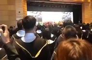 香港大学商学院毕业典礼,毕业生大声歌唱国歌,现场震撼人心……