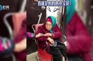 """感恩!107岁老妈妈给84岁女儿带糖吃 女儿笑成""""小公主"""""""