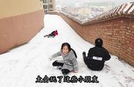 北方的第一场雪刚下,小朋友们有的打雪仗,有的滑雪坡,太会玩了