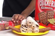 疯狂炒酸奶,妹子用夹心饼干制作冰淇淋卷,看完造型就想买一份吃