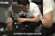 医生飞机上用嘴帮老人吸尿:37分钟吸出近800毫升尿液!