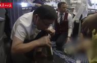 37分钟救助!广州医生飞机上亲口帮患病老人吸尿