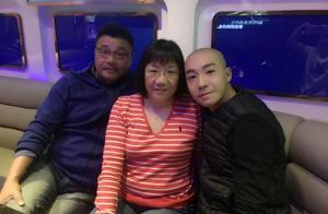 29岁俞灏明全家照,曾愿父母靠己享晚年,却因烧伤让他们险倾家
