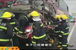 车祸瞬间,客车司机紧把方向盘将车停稳,用生命挽救了一车乘客