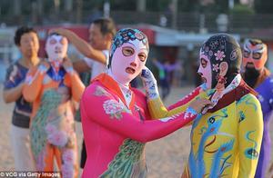 青岛脸基尼风靡今年夏日的澳大利亚海滩,是去海边度假的时尚单品