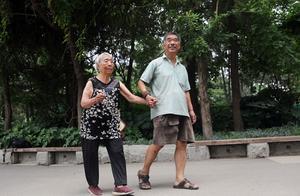 坚持近9年!郑州老汉每天为9旬母亲做腿部拉伸1200次