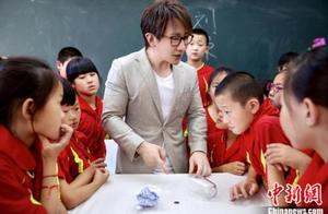 《同一堂课》刘谦开启魔术课堂 郑渊洁自曝心理年龄仅6岁