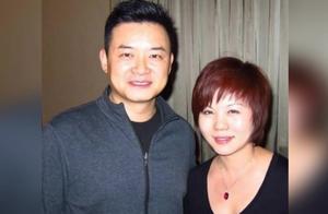 41岁央视主持人李佳明生活照,与妻子18岁相恋,如今女儿已13岁了