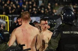 2万人见证一场疯狂德比!暴力群殴是正常操作,整座球场烟火四起