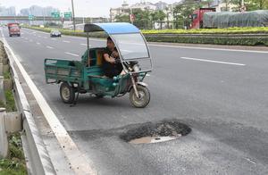 """福州三环路上大坑 小车频被""""坑"""""""