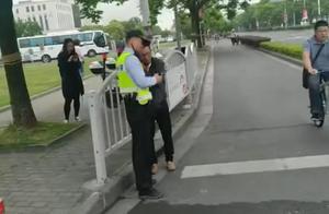 行人不在人行道内行走,警告!