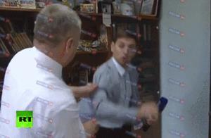 被采访问题激怒 俄罗斯官员当场发飙撂倒记者