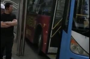 沈阳老人拽方向盘致公交撞站台,3人受伤!坐过站起纠纷已被刑拘