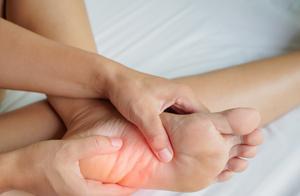 """腿总抽筋的""""元凶""""找到了!医生提醒:不只是缺钙,5原因需警惕"""