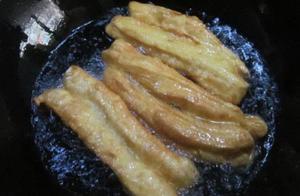 """炸油条别再用冷水""""和面""""了,换成它油条酥脆好吃,味更香"""