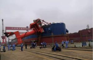 意外发生!国内一造船厂突现吊机倒塌事故,船舶被砸,2人伤亡