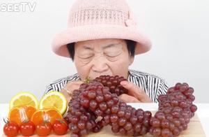 老奶奶吃起葡萄,整串整串啃,都不带吐皮的