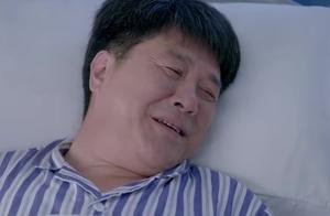 父亲太久不见女儿 连做梦都想着她 突然看见 还以为在梦里