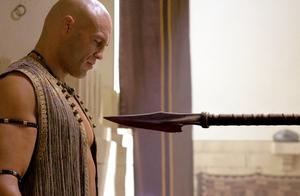 国王让小伙下手杀掉亲弟弟,小伙一刀挥下砍断链子,将刀指向国王