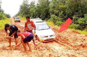 三菱皮卡卡泥潭里,看看他们是怎么把车弄上来的