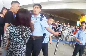 女子醉酒大闹河北邯郸火车站 辱骂、撕扯民警被刑拘