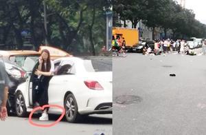 广州一奔驰女司机闯红灯冲过人行道撞两车致13人受伤 疑穿高跟鞋