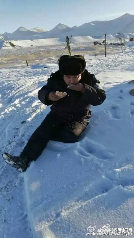 近期几天,许多 网友被这张鹏疆克州抗灾第一线的照片打动痛哭流鼻涕