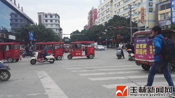 镜头记录玉林城区三轮车乱象
