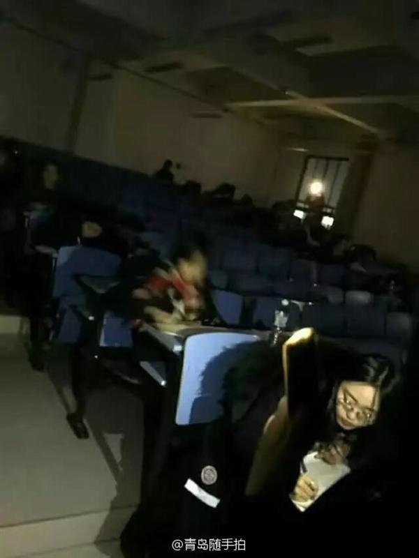大学考试中突然停电 黑灯瞎火继续考!