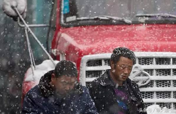 如果遇到这样的卡车司机,请在力所能及范围,帮帮他们!