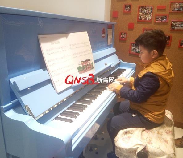 感动!杭州6岁小盲童苦学钢琴欲考级!