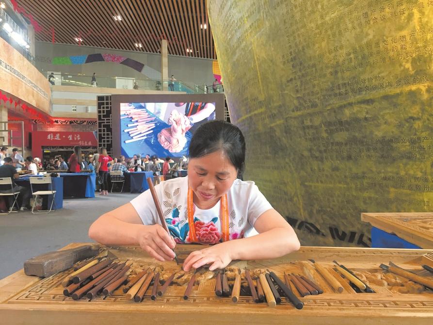 54岁木雕女传人 雕刻全本《红楼梦》