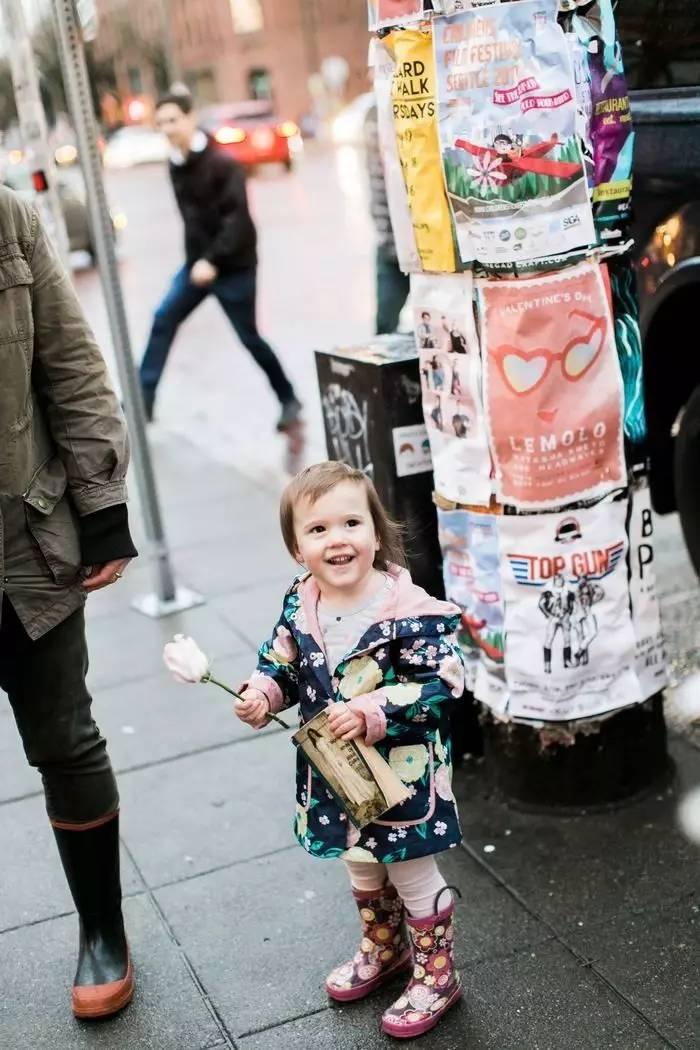 新娘街头错被两岁女孩当公主,这故事在外网点击量破150万!