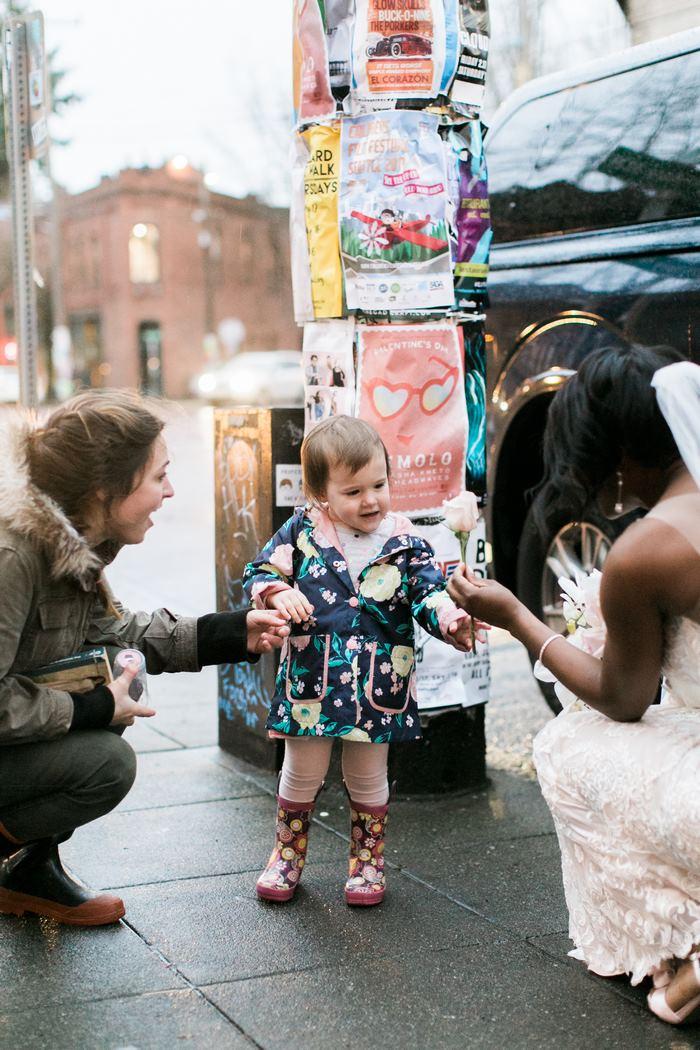 新娘被小女孩误认成公主,她的回应好暖啊