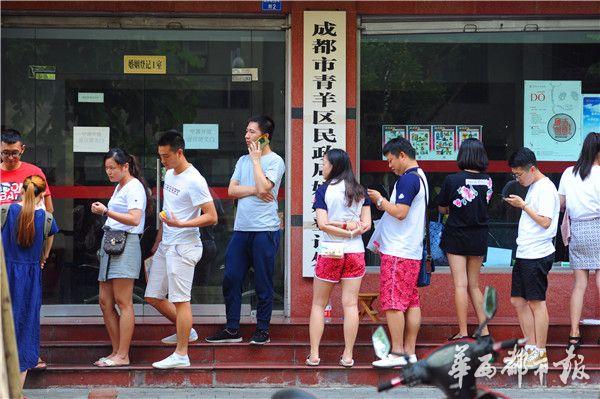 七夕节 成都情侣凌晨四点排队结婚登记